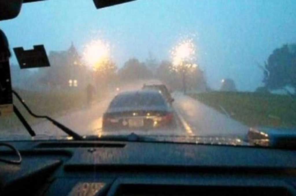 Perhatikan jarak pengereman antar mobil saat hujan. Lifehacker
