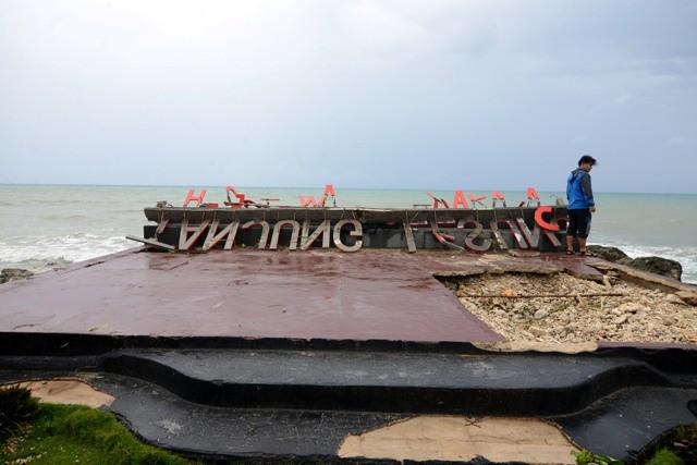 Marka wisata Tanjung Lesung rusak diterpa ombak/MI/Susanto