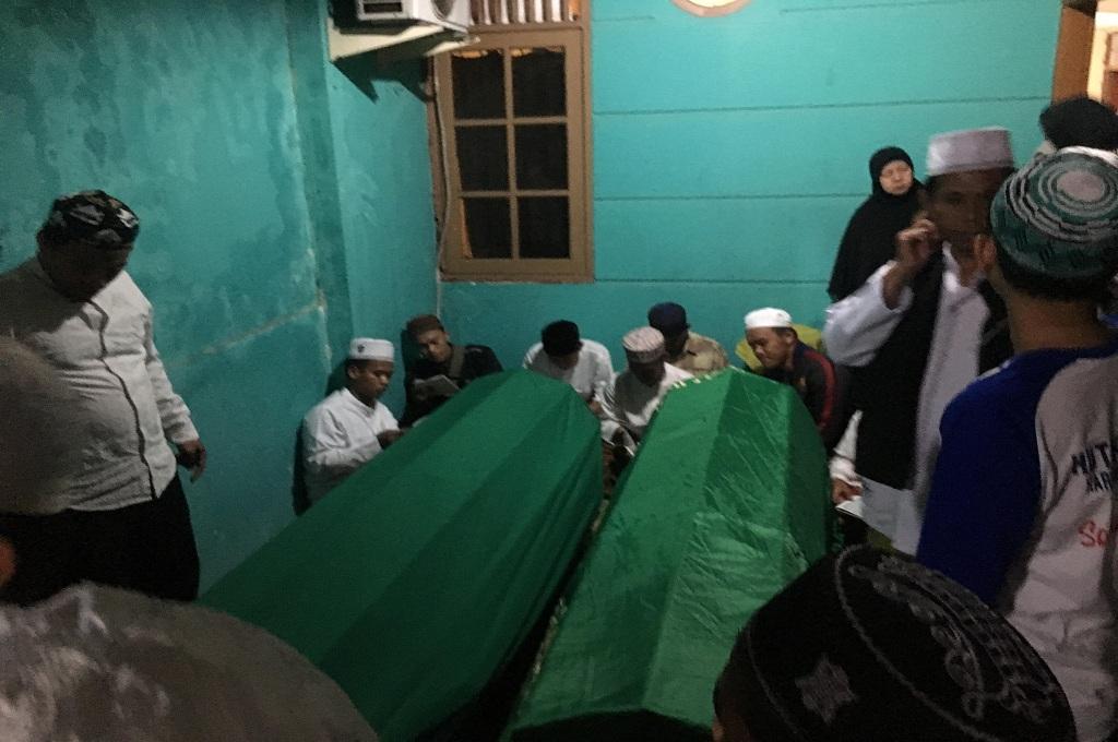 Jenazah dua saudara kandung, korban tsunami, di Banten tiba di rumah duka di Tangerang Selatan, Minggu malam, 24 Desember 2018, Medcom.id - Farhan Dwi