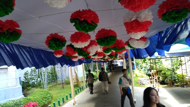 Hiasan bunga kertas melambangkan Indonesia dan peryaan Natal di Gereja Katedral/Medcom.id/Syahrul Alam
