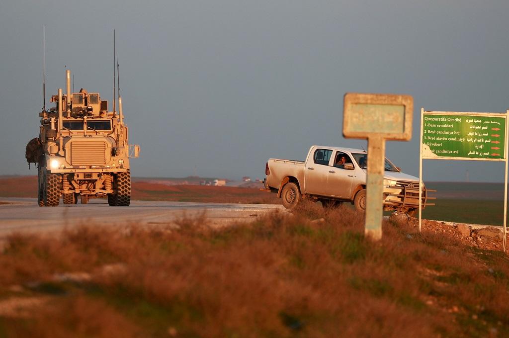 Kendaraan taktis militer AS melaju bersama mobil milik Pasukan Demokratik Suriah (SDF) di Tal Baydar, Suriah, 21 Desember 2018. (Foto: AFP/DELIL SOULEIMAN)