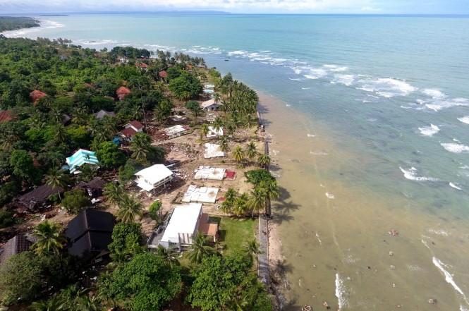 Foto aerial kerusakan akibat Tsunami di kawasan Carita, Banten, Jawa Barat, Senin 24 Desember 2018. (Foto: Antara/Akbar Nugroho Gumay)