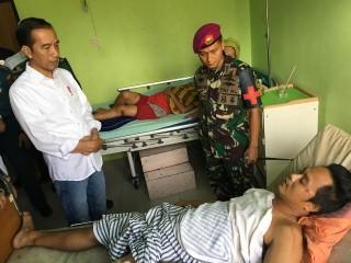 Jokowi Visits Tsunami Victims