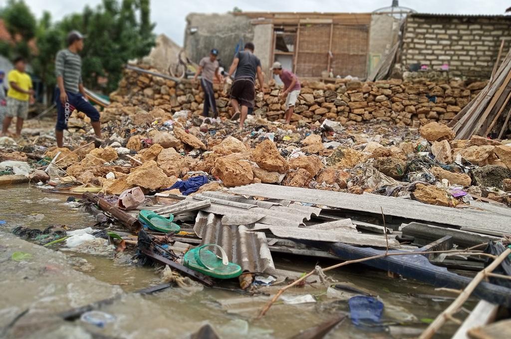 Warga bergotong royong memperbaiki rumah yang rusak diterjang ombak di Sumenep, Senin, 24 Desember 2018, Medcom.id - Rahmat