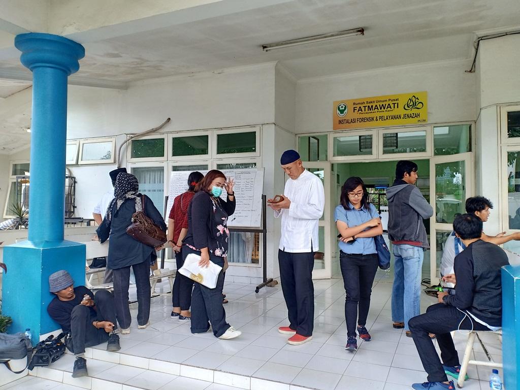 Sejumlah keluarga korban mendatangi RS Fatmawati. Foto: Medcom.id/Cindy