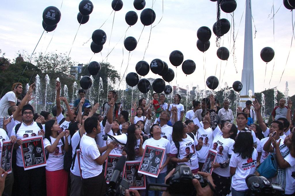 Pendukung dua jurnalis Reuters melepaskan balon berwarna hitam di Yangon, 12 Desember 2018. (Foto: AFP/MYO KYAW SOE)