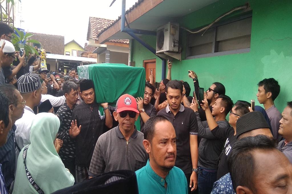 Keluarga memakamkan Bani Seventeen, yang meninggal setelah tsunami Selat Sundan menerjang kawasan Pandeglang, Senin 24 Desember 2018, Medcom.id - Mustaqim