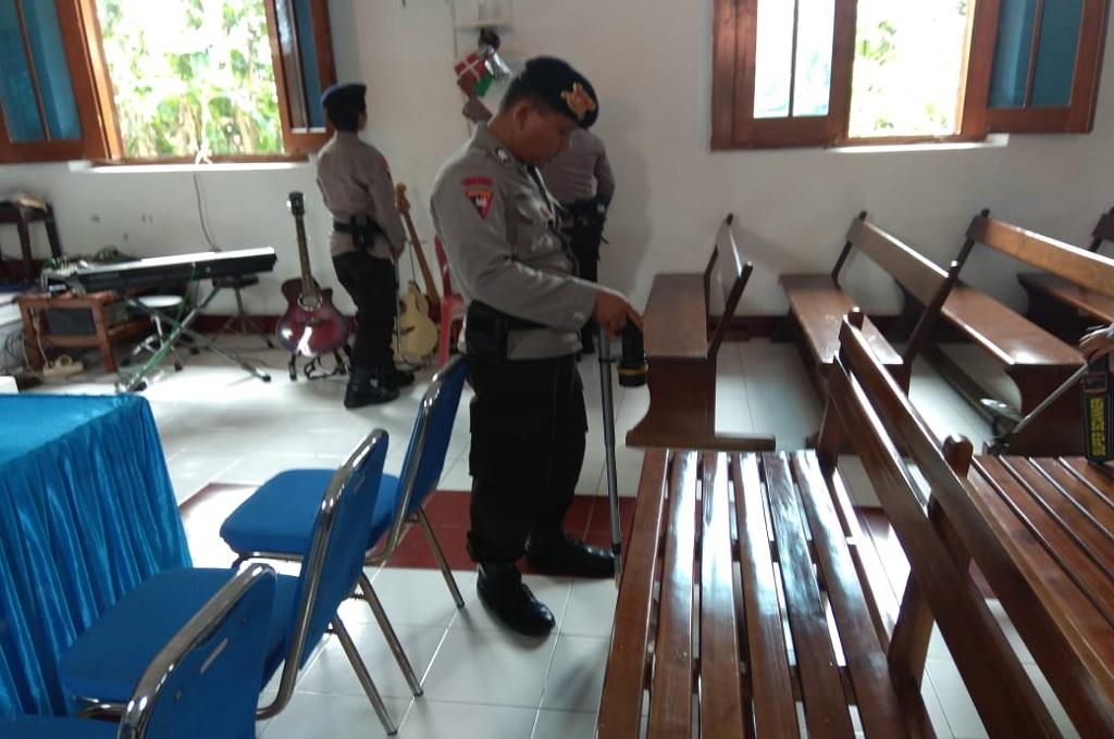 Polisi mengecek keamanan gereja di Sidoarjo, Senin 24 Desember 2018, Medcom.id - Hadi