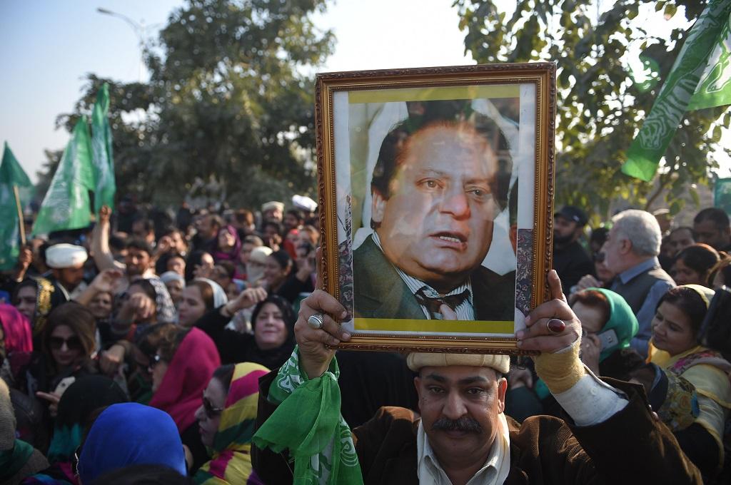 Sejumlah pendukung mantan PM Pakistan Nawaz Sharif berkumpul di luar gedung pengadilan di Islamabad, 24 Desember 2018. (Foto: AFP/FAROOQ NAEEM)