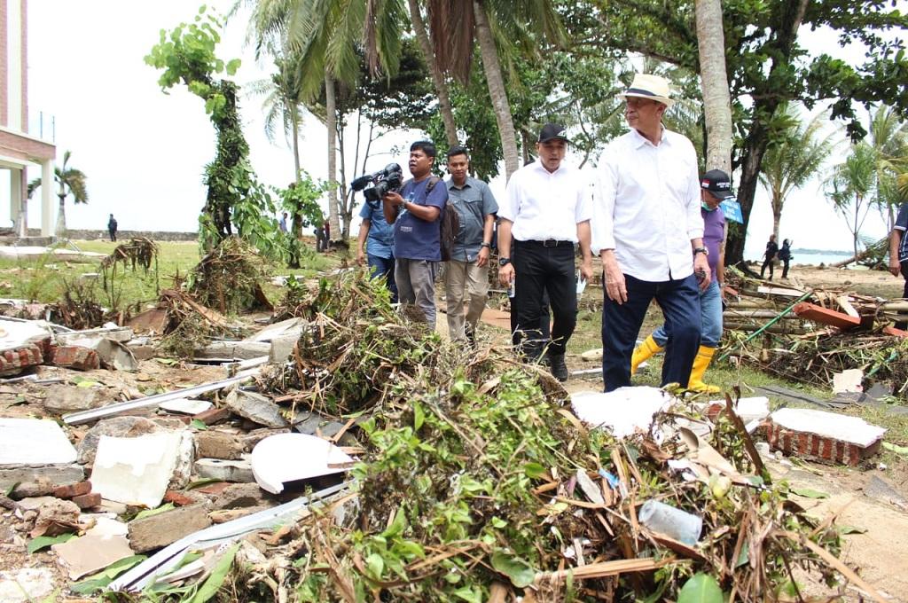 Gubernur Banten Wahidin Halim bersama Bupati Tangerang Ahmed Zaki Iskandar saat meninjau wilayah yang rusak akibat tsunami, dok: istimewa