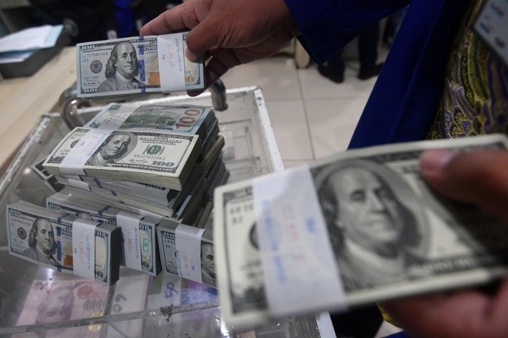 ILUSTRASI: Petugas menata tumpukan uang dolar AS di Cash Center Bank Mandiri, Jakarta, Rabu (18/4)/ANTARA FOTO/Sigid Kurniawan.