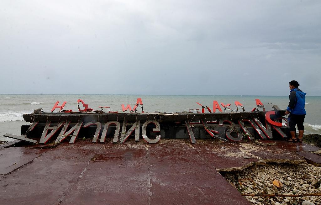Marka wisata Tanjung Lesung yang rusak berat akibat hempasan gelombang tinggi teronggok di Resort Tanjung Lesung, Banten. MI/Susanto.