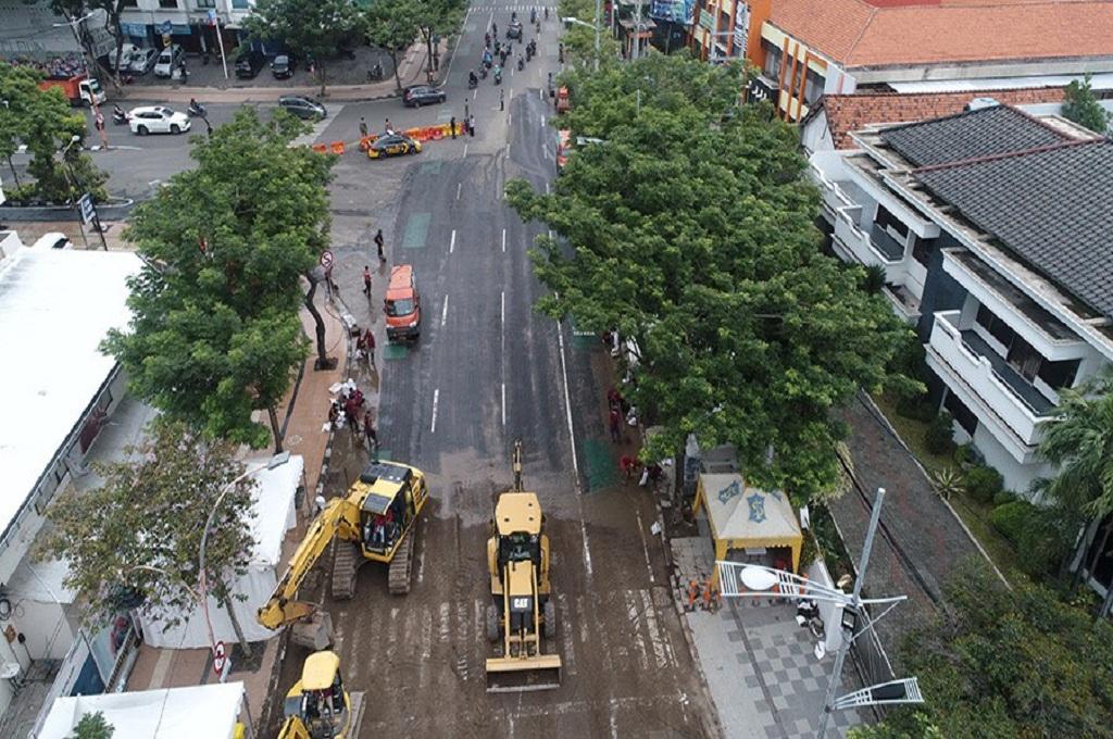 Foto dari udara suasana perbaikan area ambles di Jalan Gubeng Surabaya, Senin, 24 Desember 2018, Medcom.id - Amal