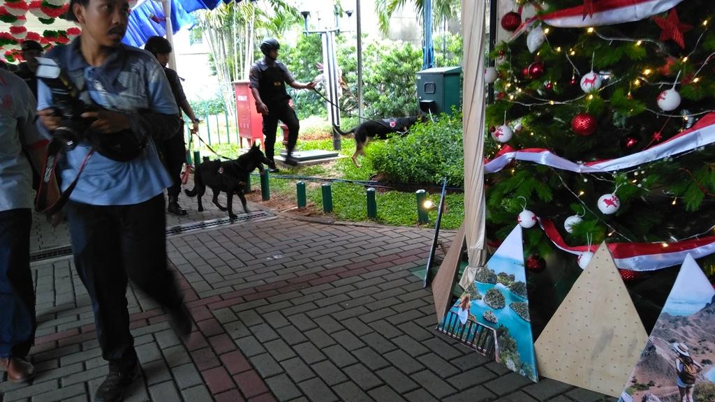 Polisi bersama anjing pelacak tengah mengamankan misa Natal 2018 di Gereja Katedral, Jakarta, Senin, 24 Desember 2018. Foto: Medcom.id/Syahrul