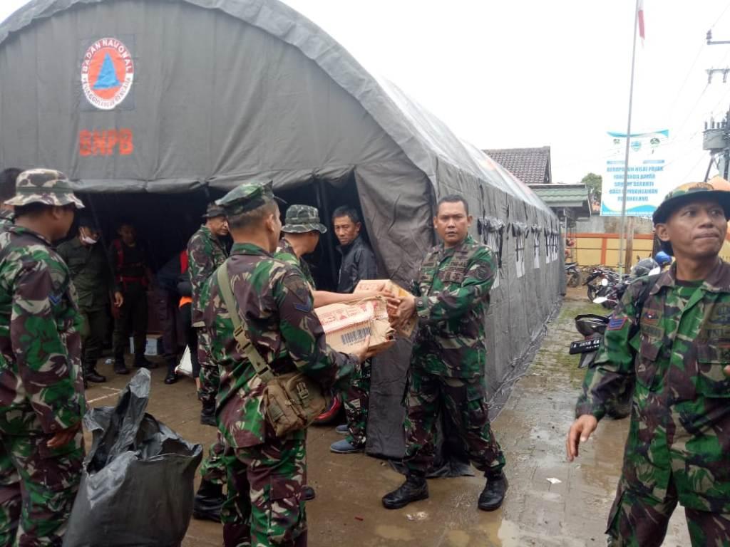Tim Lantamal III Jakarta menyalurkan bantuan ke korban tsunami di Pandeglang, Banten. foto; Istimewa.