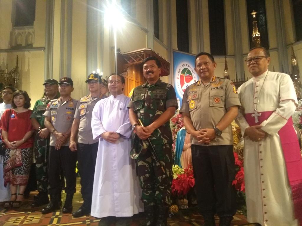 Kapolri Jenderal Tito Karnavian dan Panglima TNI Marsekal Hadi Tjahjanto di Katedral Jakarta. Medcom.id/Kautsar Prabowo.