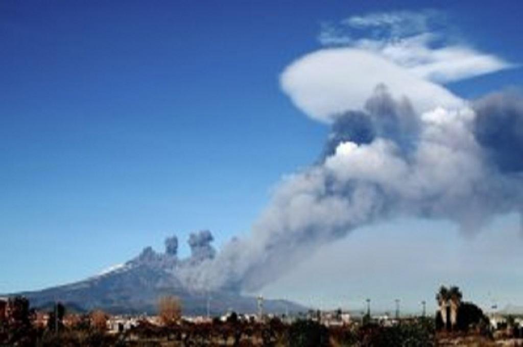 Gunung Etna di Sisilia, Italia, meletus pada Senin 24 Desember 2018. (Foto: GIovanni Isolino/AFP/Getty Images)