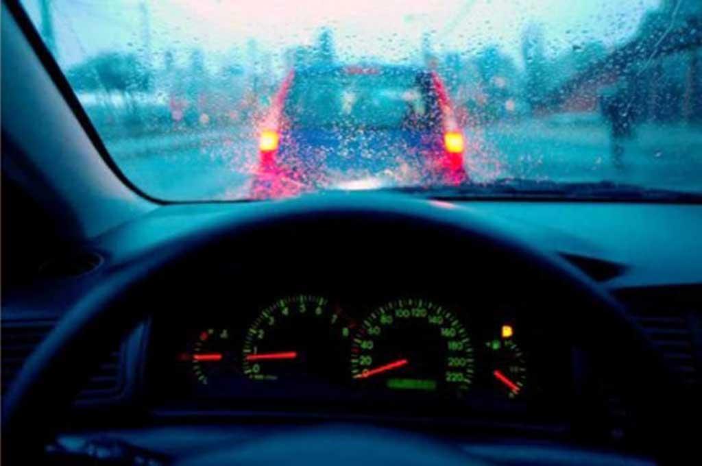 Diperlukan jarak 3 detik antar mobil saat berkendara dengan kondisi hujan. Kia