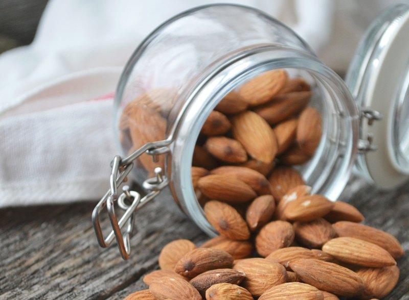 Kacang almond menjadi cara jitu mencegah terjadinya Demensia (Foto Ilustrasi: Tetiana Bykovets/Unsplash.com)