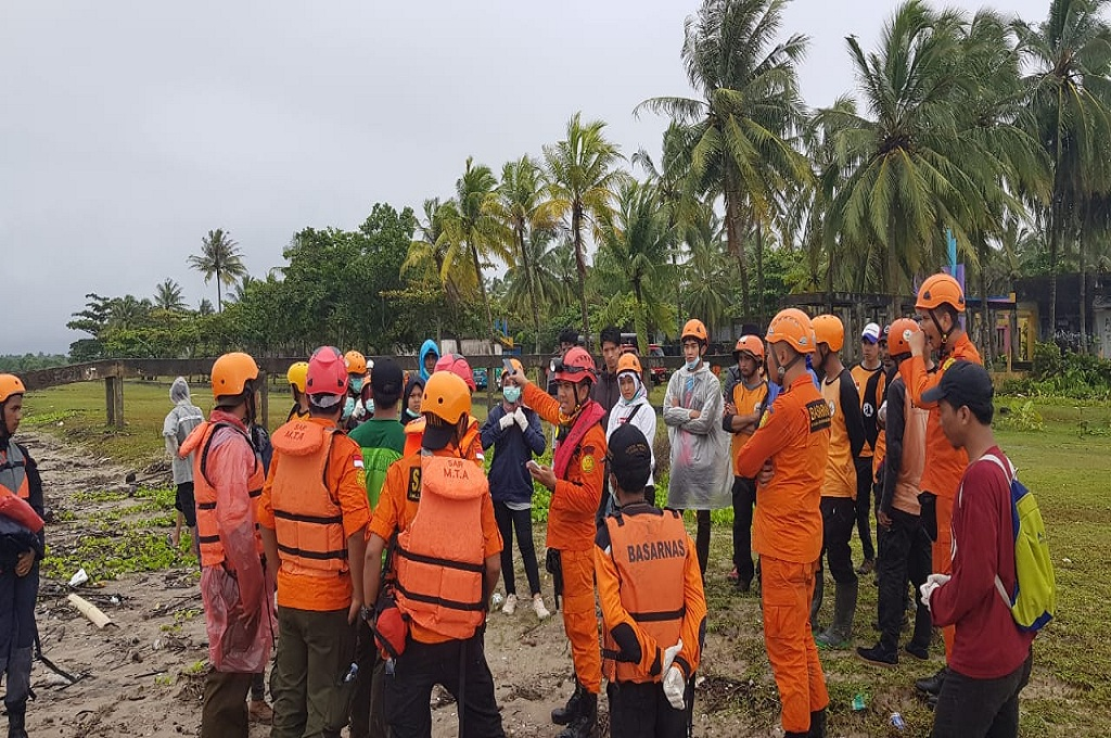 Tim Basarnas berkoordinasi menemukan korban tsunami di pesisir Banten, Selasa 25 Desember 2018, dok: Basarnas