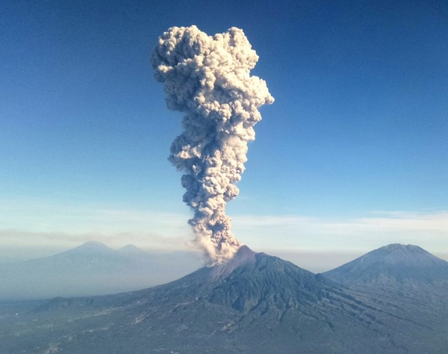 Gunung Merapi saat meletus freatik. Foto: UNIT FOTOGRAFI UGM/Andyani Surya Putri