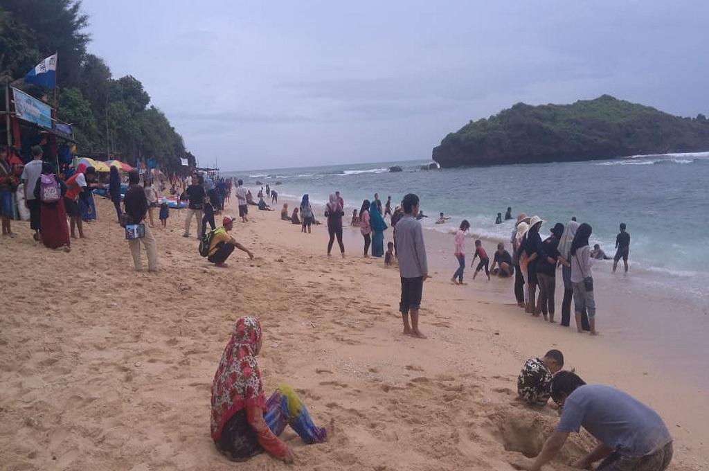 Wisatawan menikmati suasana pantai di Gunungkidul, Medcom.id - Mustaqim