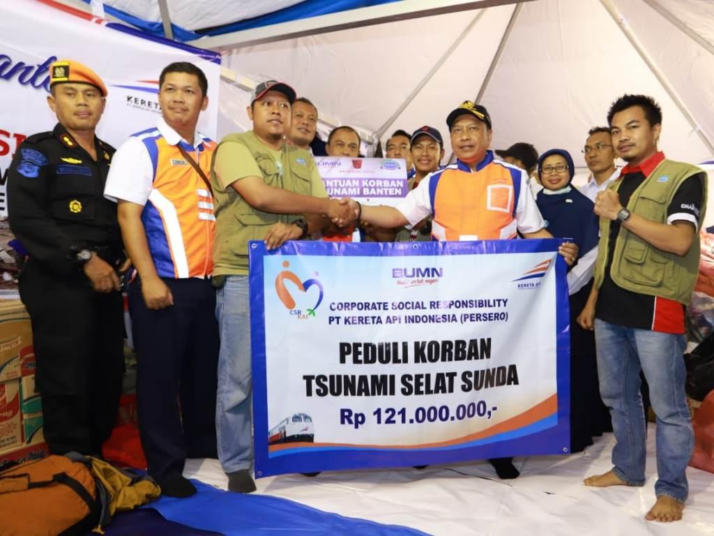 ?KAI menyerahkan bantuan tanggap darurat untuk korban tsunami perairan Selat Sunda. Foto: Dokumentasi istimewa.
