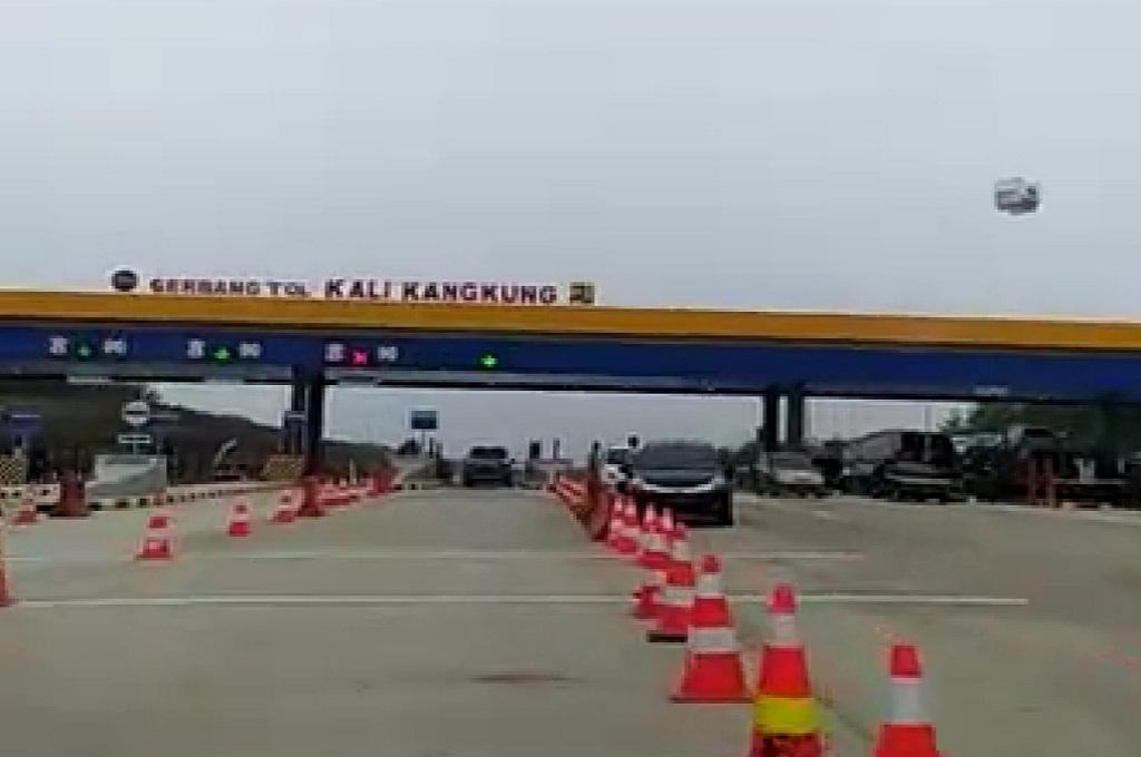 Suasana di Gerbang Tol Kalikangkung, tol dari arah Batang menuju Semarang, Medcom.id - Budi Arista