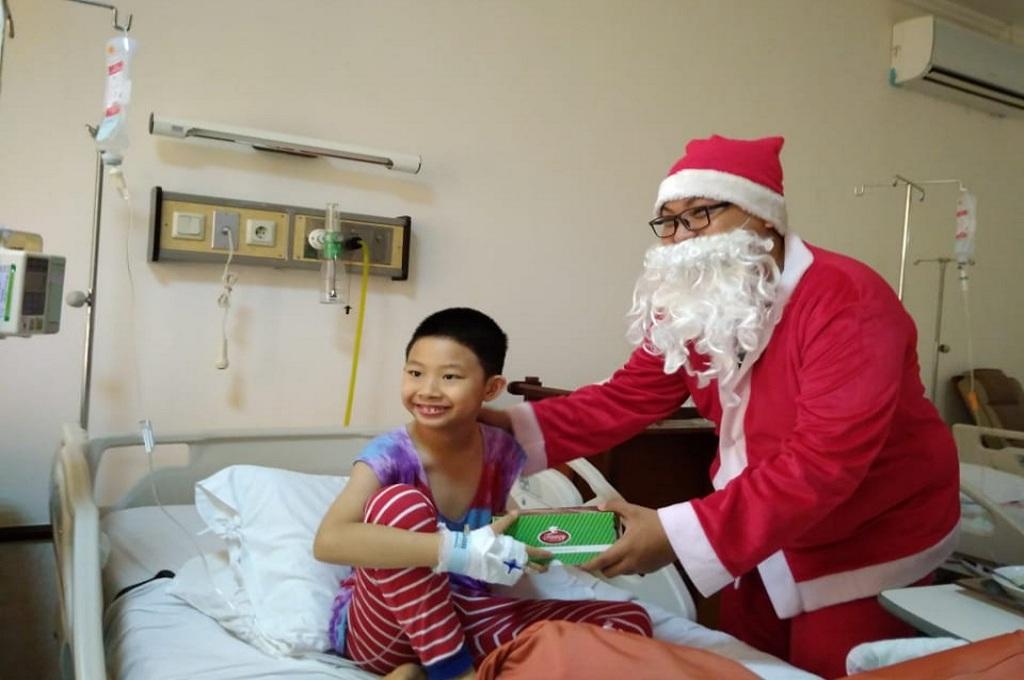 Sinterklas berbagi kado natal di RS Santo Elisabeth Semarang, Selasa, 25 Desember 2018, Medcom.id - Budi Arista