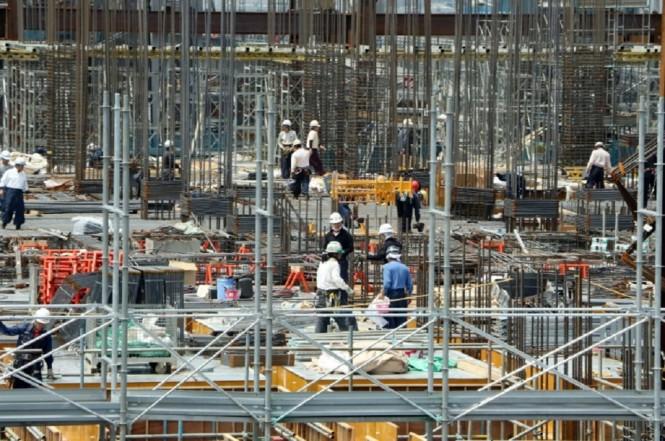 Aktivitas pekerja di sebuah situs konstruksi di Jepang. (Foto: AFP/YOSHIKAZU TSUNO)