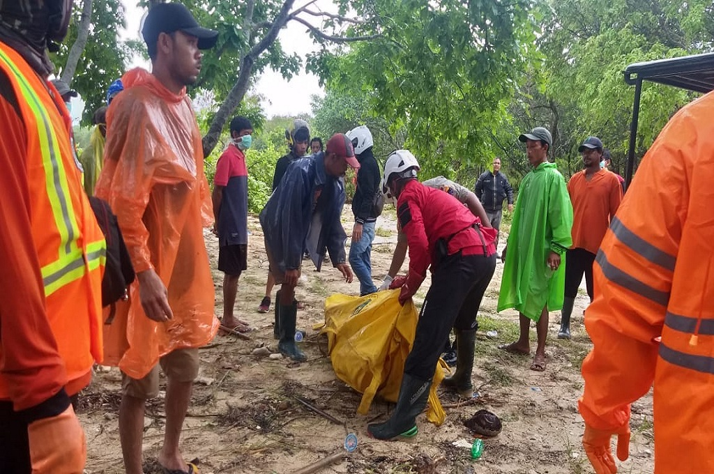 Relawan mengevakuasi jasad nelayan yang menjadi korban terjangan tsunami di Tanjung Lesung, Pandeglang, Banten, Selasa, 25 Desember 2018, dok: istimewa