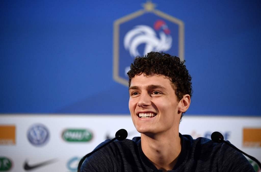 Benjamin Pavard menyangkal kabar yang menyebut dirinya sepakat ke Bayern Munchen (AFP/Franck Fife)