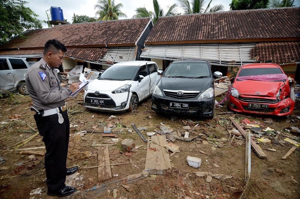 Petugas mendata kendaraan korban terjangan tsunami di Pantai Anyer, Banten, MI - Susanto