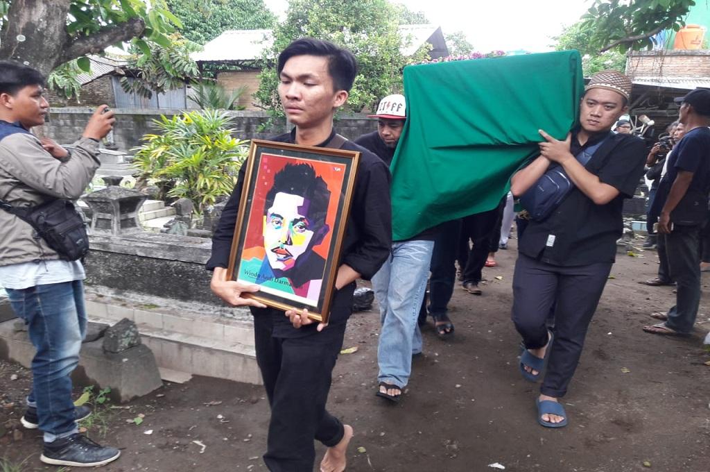 Proses pemakaman jenazah drummer band Seventeen, Windu Andi Darmawan di tempat pemakaman umum kawasan Glagahsari, Kecamatan Umbulharjo, Medcom.id - Mustaqim