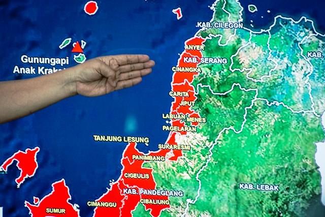Kapus Data Informasi & Humas BNPB Sutopo Purwo Nugroho menunjukan wilayah terdampak tsunami, Selasa (25/12/2018). Masa tanggap darurat selama 14 hari untuk Pandeglang dan 7 hari untuk Kalianda. Antara Foto/Aprillio Akbar