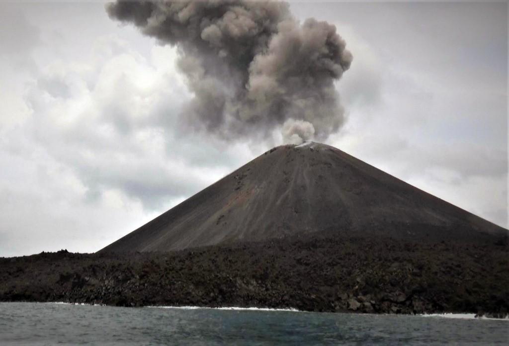 Letusan Gunung Anak Krakatau di Selat Sunda, (10/12). Foto: ANT/Weli Ayu Rejeki