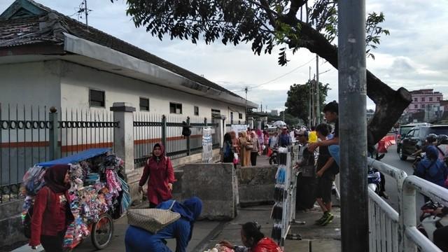 Pedagang kaki lima (PKL) berjualan di trotoar sekitar Stasiun Pasar Minggu. Foto: Muhammad Syahrul Ramadhan/Medcom.id
