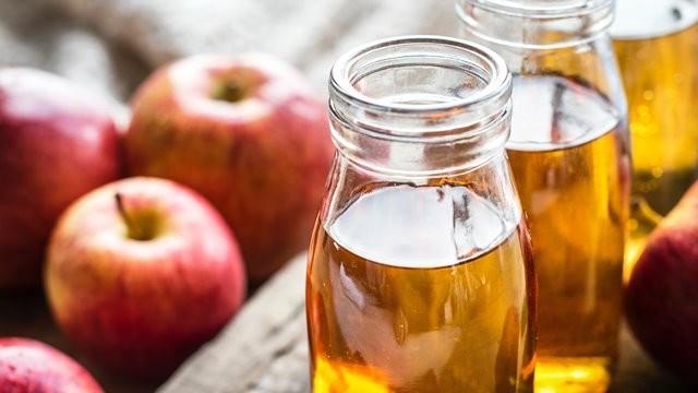 Meskipun memiliki banyak manfaat bagi kesehatan, mengonsumsi cuka sari apel terlalu banyak juga tidak baik untuk Anda. (Foto: Rawpixel/Unsplash.com)
