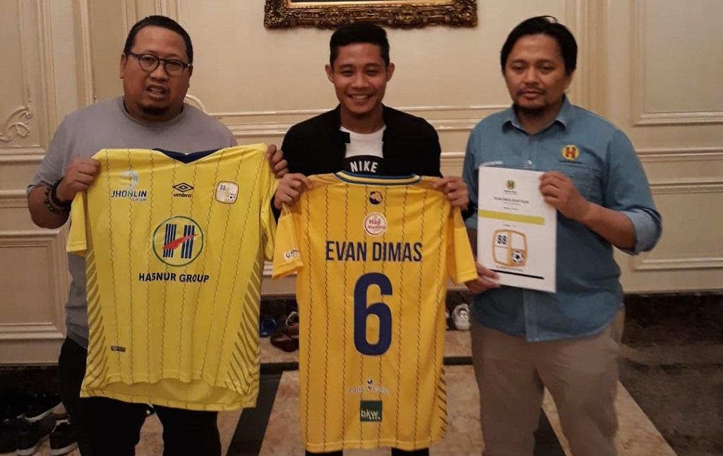 Evan Dimas (tengah) usai meresmikan transfernya ke Barito Putera (Istimewa)