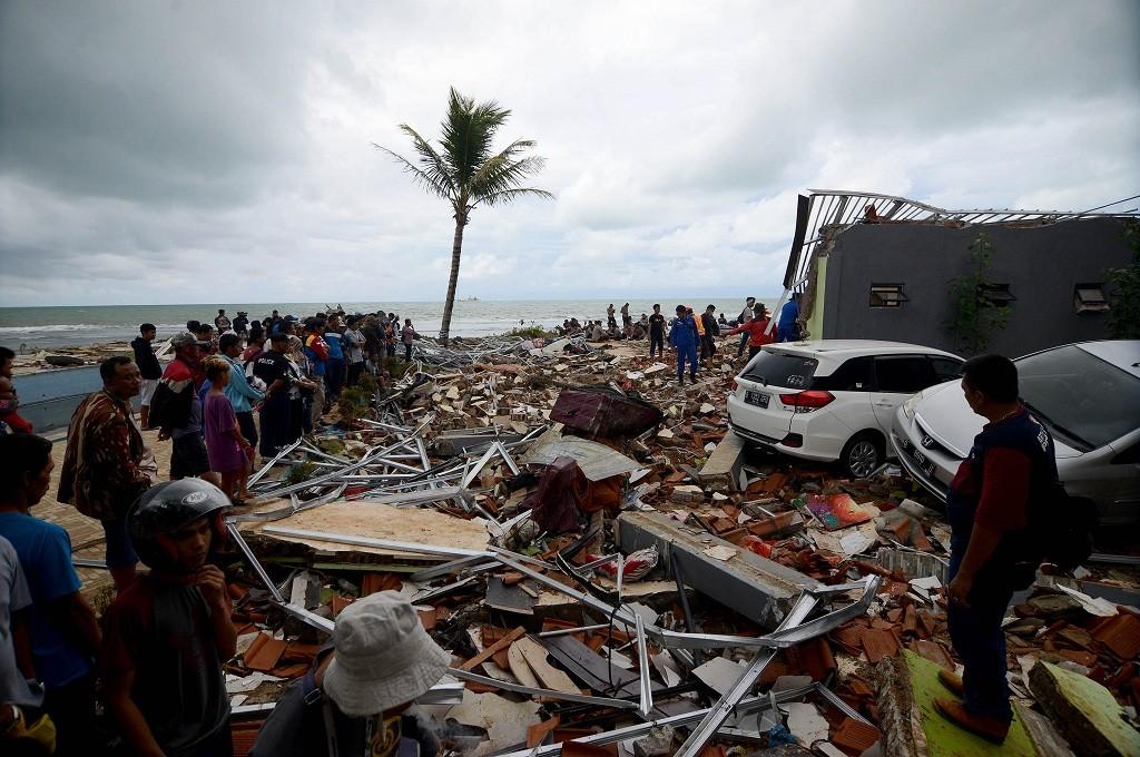 Tim dan relawan mengevakuasi korban tertimbun bangunan setelah tsunami menerjang kawasan Anyer, Banten, Senin, 24 Desember 2018, MI - Susanto