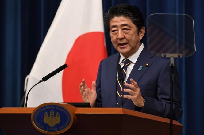 PM Jepang Shinzo Abe dalam konferensi pers di Tokyo, 10 Desember 2018. (Foto: AFP/Toshifumi Kitamura)