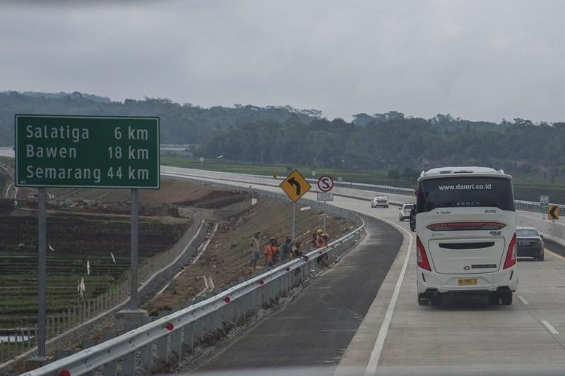 Sejumlah pekerja menanti rangkaian kendaraan Presiden Joko Widodo saat meninjau jalan tol Trans Jawa di Jawa Tengah, Kamis (20/12/2018). ANTARA FOTO/Puspa Perwitasari.