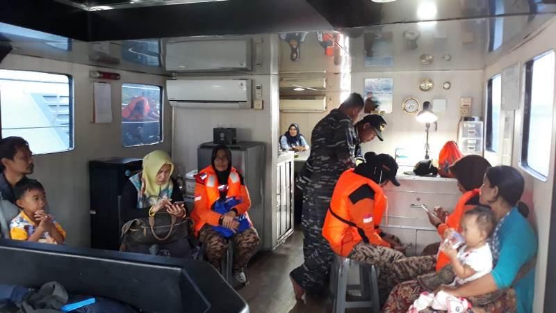 Pangkalan TNI Angkatan Laut (Lanal) Lampung mengerahkan KAL PAHOWANG II-3-30 untuk mendukung bantuan logistik dan mengevakuasi korban tsunami di Pulau Legundi, Punduh Pidada, Peswaran, Lampung, Rabu, 26 Desember 2018.