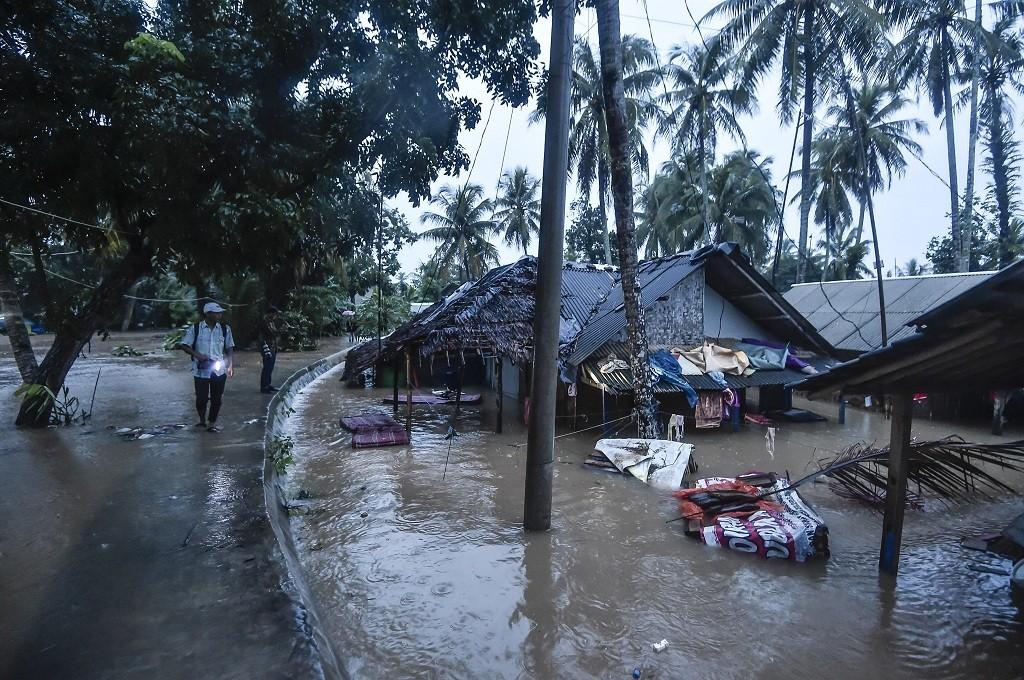 Warga memantau rumah yang terendam banjir di Desa Sukarame, Labuan, Banten, Rabu, 26 Desember 2018, Ant - M Adimaja