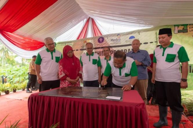 Menko Perekonomian Darmin Nasution saat meresmikan Program Kemitraan Ekonomi Umat berkolaborasi dengan pondok pesantren dan organisasi berbasis keagamaan. (Foto: Kemenko Perekonomian)