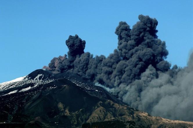 Asap hitam dari erupsi Gunung Etna di dekat kota Catania, Italia, 24 Desember 2018. (Foto: AFP/GIOVANNI ISOLINO)