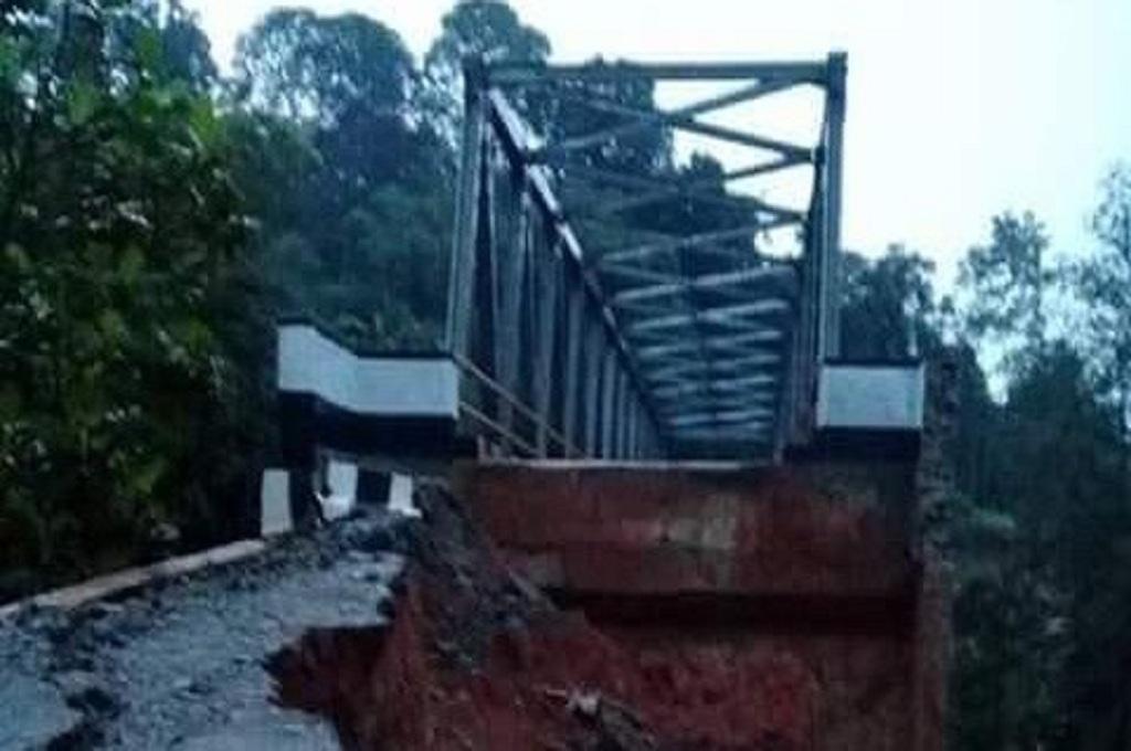 Jembatan Leuwijaksi, Lebak, longsor setelah hujan mengguyur, dok: istimewa