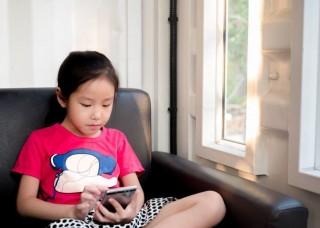 Jepang Anggap Smartphone Rusak Kesehatan Mata Anak