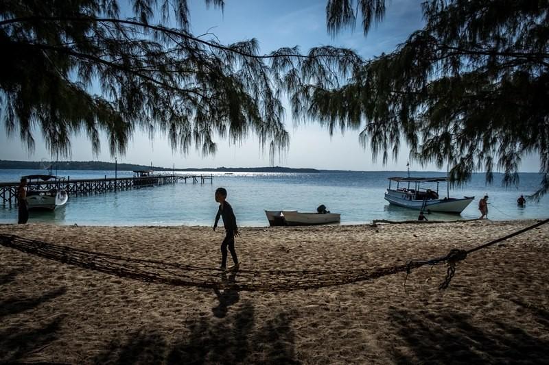 Wisatawan beraktivitas di kawasan Pulau Cilik, Karimunjawa, Jepara, Jawa Tengah, Sabtu (4/8). ANTARA FOTO/Aji Styawan.