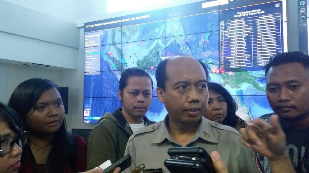 Kepala Pusat Data dan Informasi BNPB Sutopo Purwo Nugroho memberikan keterangan kepada pers terkait gempa di NTB di Graha BNPB pada Senin (30/7/2018). Foto: MI/Putri Yuliani